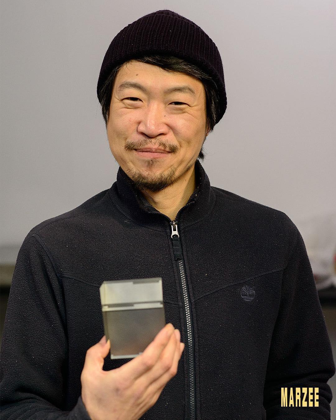 Junwon Jung met recente broce van zijn hand, 2019. Foto met dank aan Galerie Marzee©