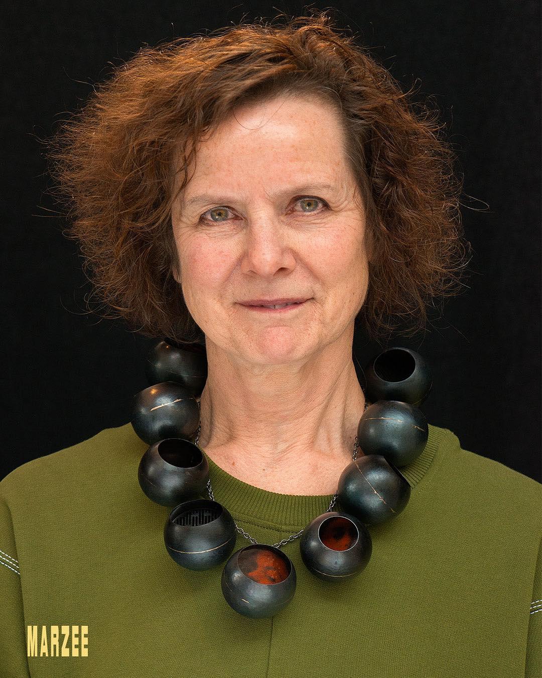 Maria Hees draagt een halssieraad van Vera Siemund uit 2018, portret, metaal, email