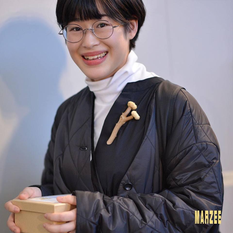 Manami Aoki draagt een eigen broche, maart 2019. Foto met dank aan Galerie Marzee©