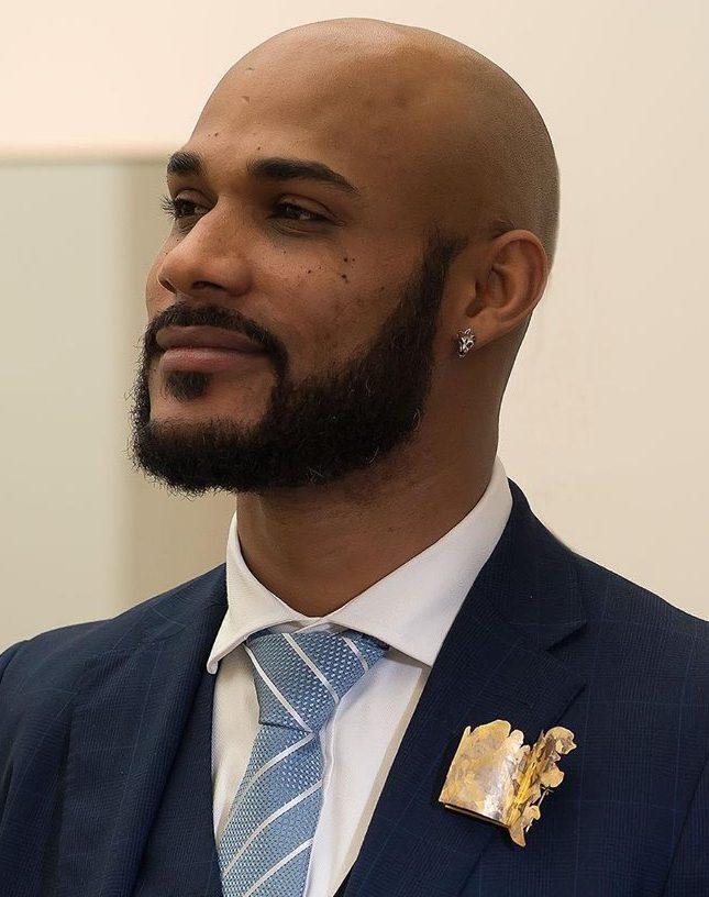 Elliott Balogun draagt een broche van Stefano Marchetti uit 2004, 2019. Foto met dank aan Galerie Marzee©