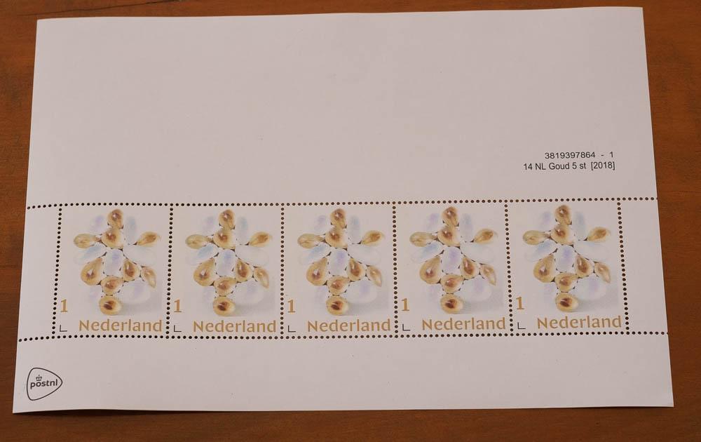 Vel postzegels (1) met broche Lentesneeuw van Beppe Kessler, 2019, drukwerk, gegomd papier