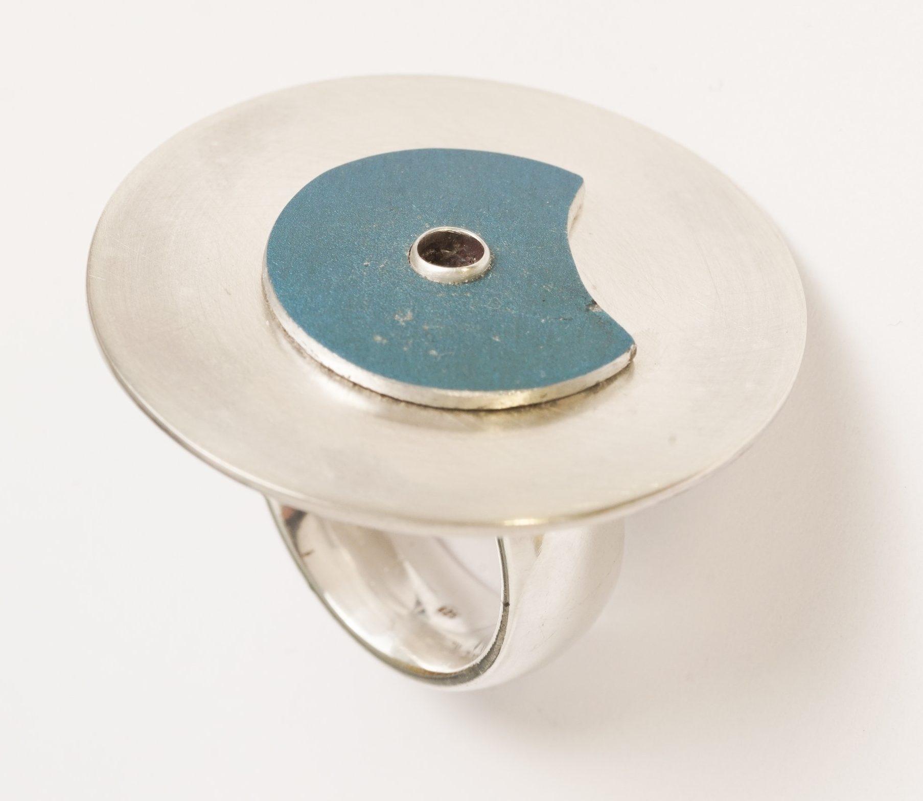 Karel Betman, ring, 2019, zilver, geanodiseerd aluminium