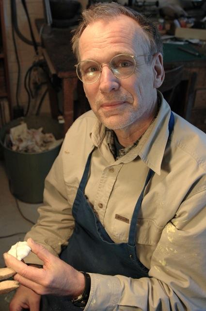 Bruce Metcalf in zijn atelier. Foto met dank aan Galerie Rob Koudijs©