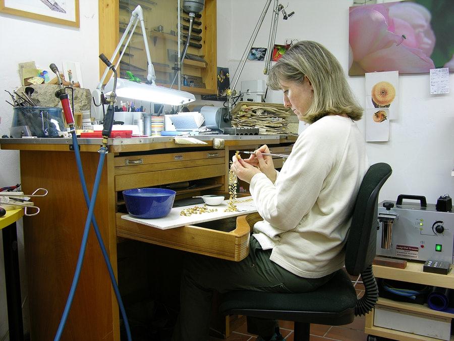 Jacqueline Ryan in haar atelier in Todi, 2019. Foto met dank aan The Scottish Gallery©
