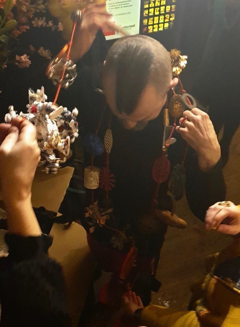 Paul Derrez met halssieraad door de kunstenaars uit Galerie Ra, 20 februari 2020, foto Ela Bauer, portret