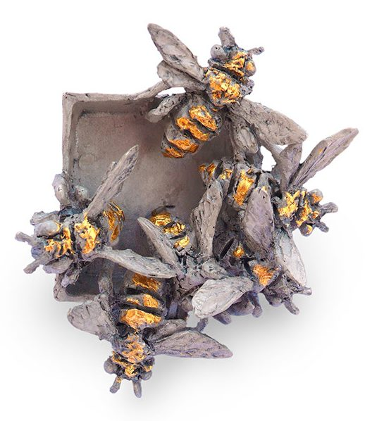 Mielle Harvey, Bees Exiting Box, broche, 2020. Foto met dank aan Galerie Door, Mielle Harvey©