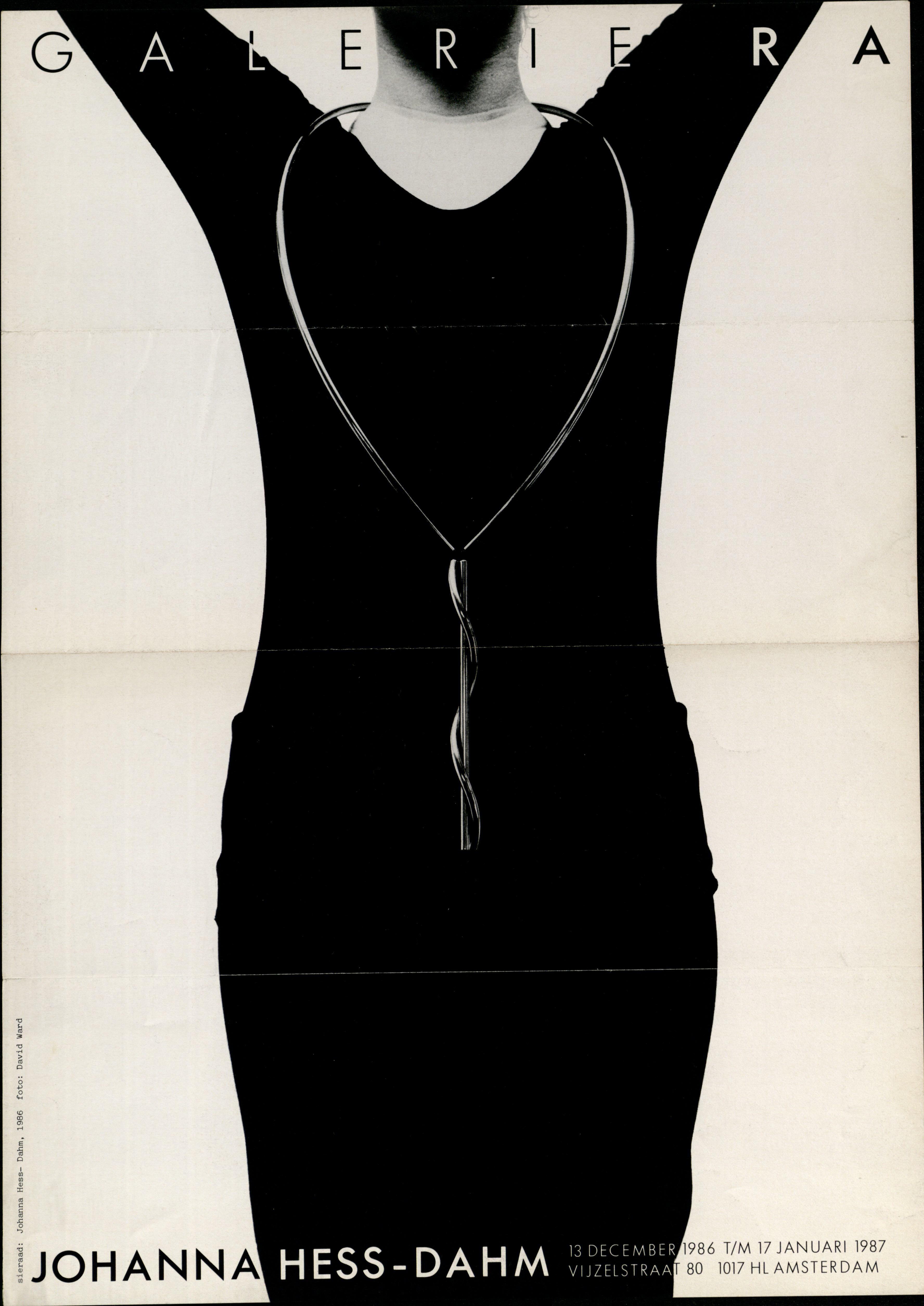 Ra Bulletin 31, december 1986/januari 1987, voorzijde met foto van David Ward© met halssieraad van Johanna Dahm, papier, drukwerk, metaal