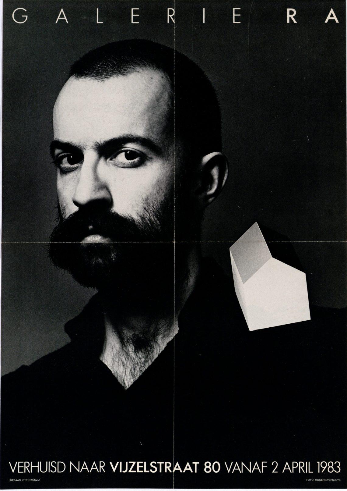Ra Bulletin 1, april 1983, voorzijde met poster, Paul Derrez met broche van Otto Künzli, foto Hogers/Versluys©, drukwerk, papier