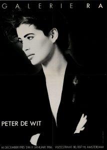 Ra Bulletin 23, december 1985, voorzijde met foto van Anna Beeke met broche van Peter de Wit, drukwerk, papier, metaal