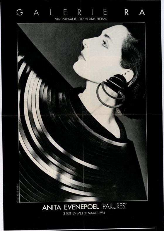 Ra Bulletin 9, maart 1984, voorzijde met poster, halssieraad en oorsieraad van Anita Evenepoel, foto Anna Beeke, drukwerk, papier
