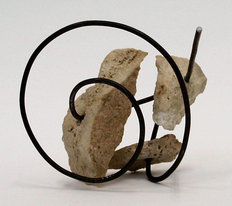 Lijsbeth Teding van Berkhout, Verbonden Ode, object, 2017, ijzer, travertijn. Foto Sander Stada