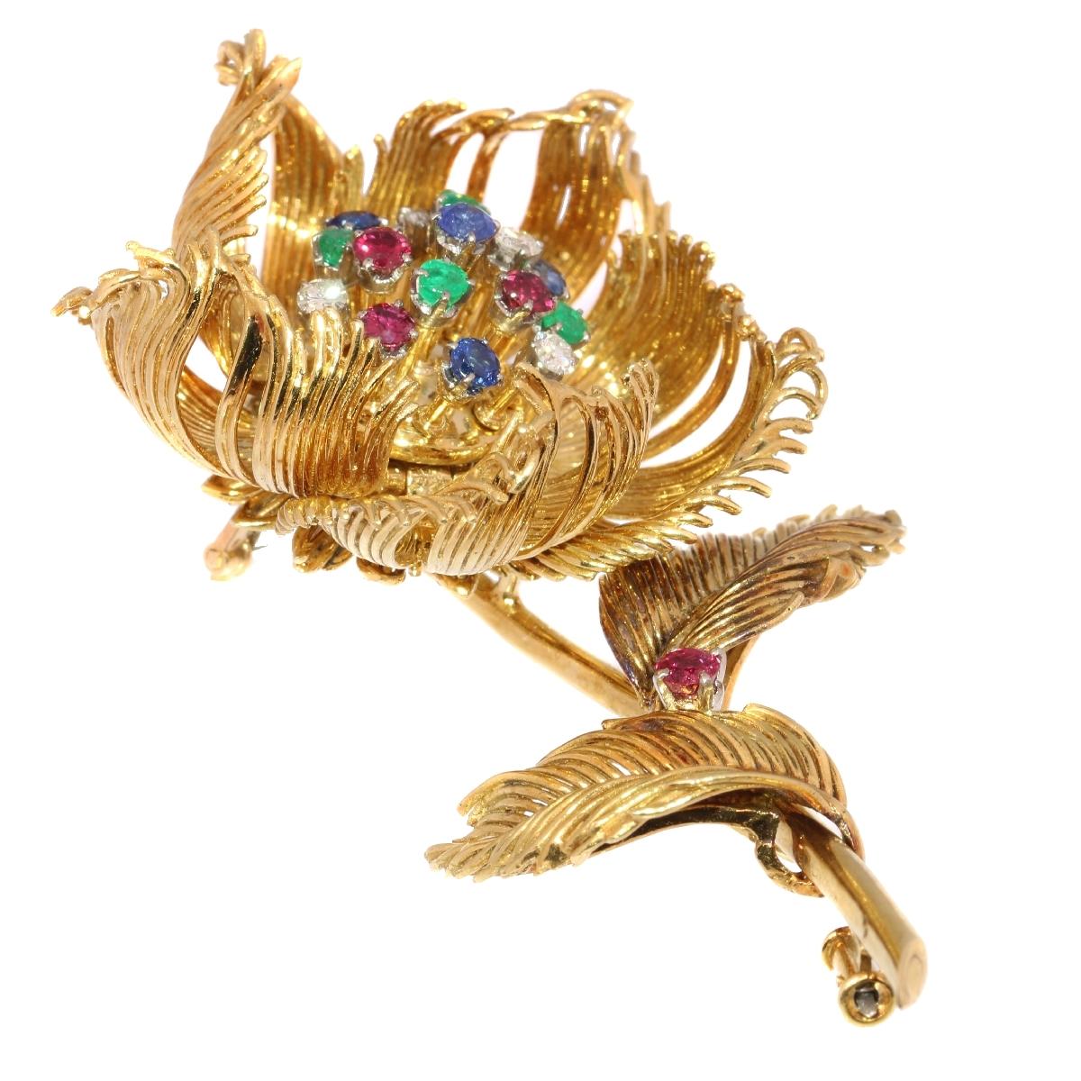 Cartier, broche, 1950-1959, geopend, voorzijde. Foto Adin, goud, diamanten, saffieren, robijnen