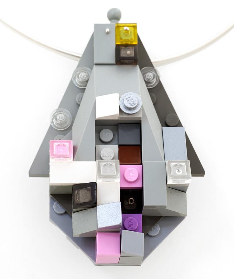 Emiko Oye, La Cérémonie de la Mémoire, hanger/halssieraad, 2013. Foto met dank aan Emiko Oye, LEGOstenen, Argentium, zilver