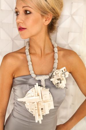 Emiko Oye, Dawning II, halssieraad, 2011. Foto met dank aan Emiko Oye, LEGOstenen, Connectix, elektriciteitsdraad, verf, zilver