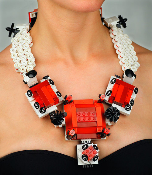 Emiko Oye, The Queen Margherita, halssieraad/armbanden/broche, 2007. Foto met dank aan Emiko Oye, LEGOstenen, koperdraad, coating, koord van rubber, zilver, staal