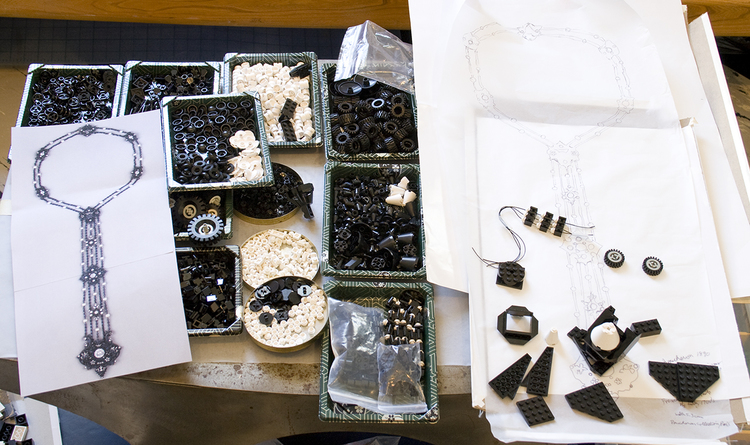 Atelier van Emiko Oye tijdens de vervaardiging van Blue Steel, 2009. Foto met dank aan Emiko Oye, LEGOstenen
