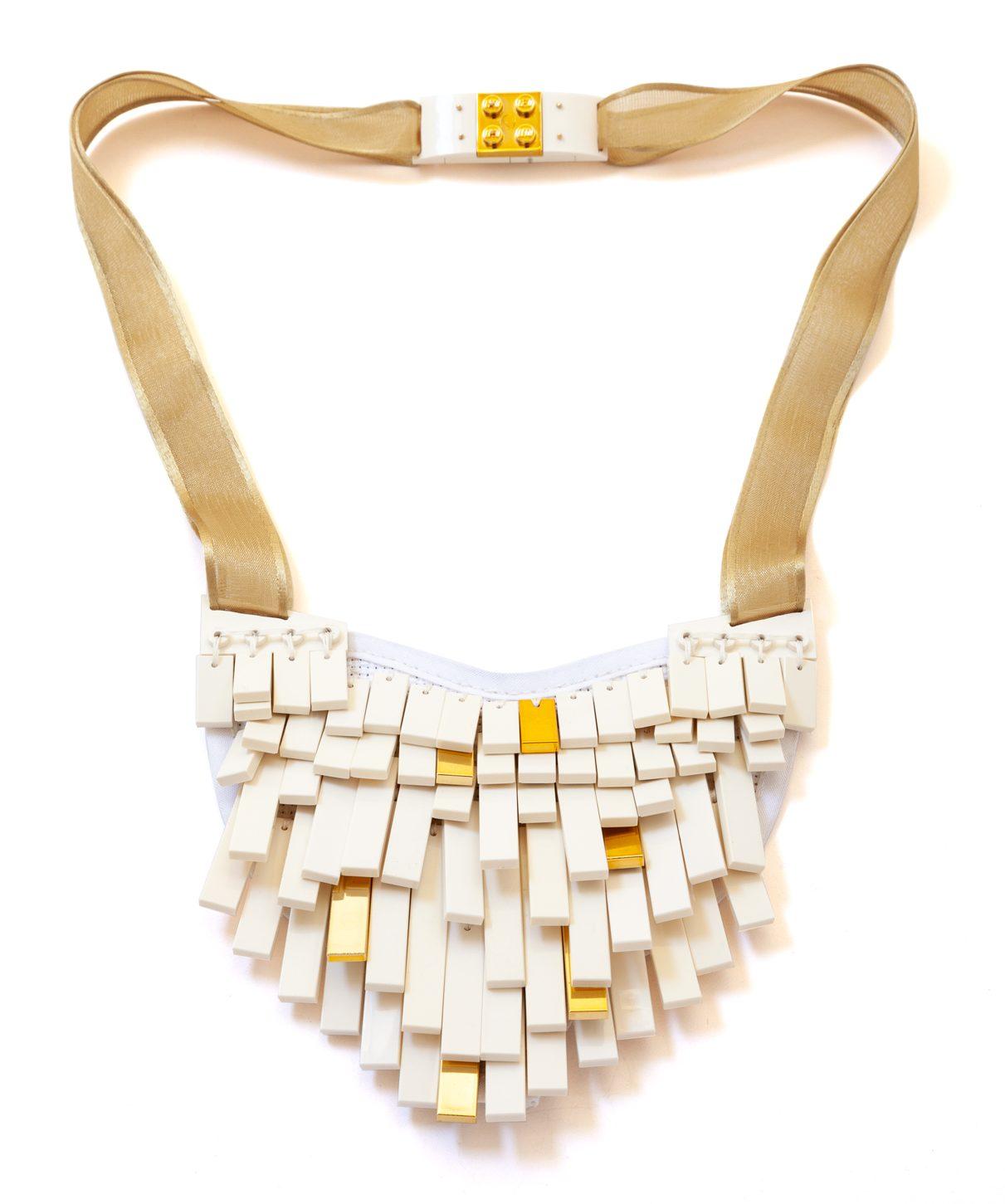 Emiko Oye, Prettiest Star Wing, halssieraad. Foto met dank aan Emiko Oye, LEGOstenen, katoen, metaal, zijde, goud, nylon, polyester