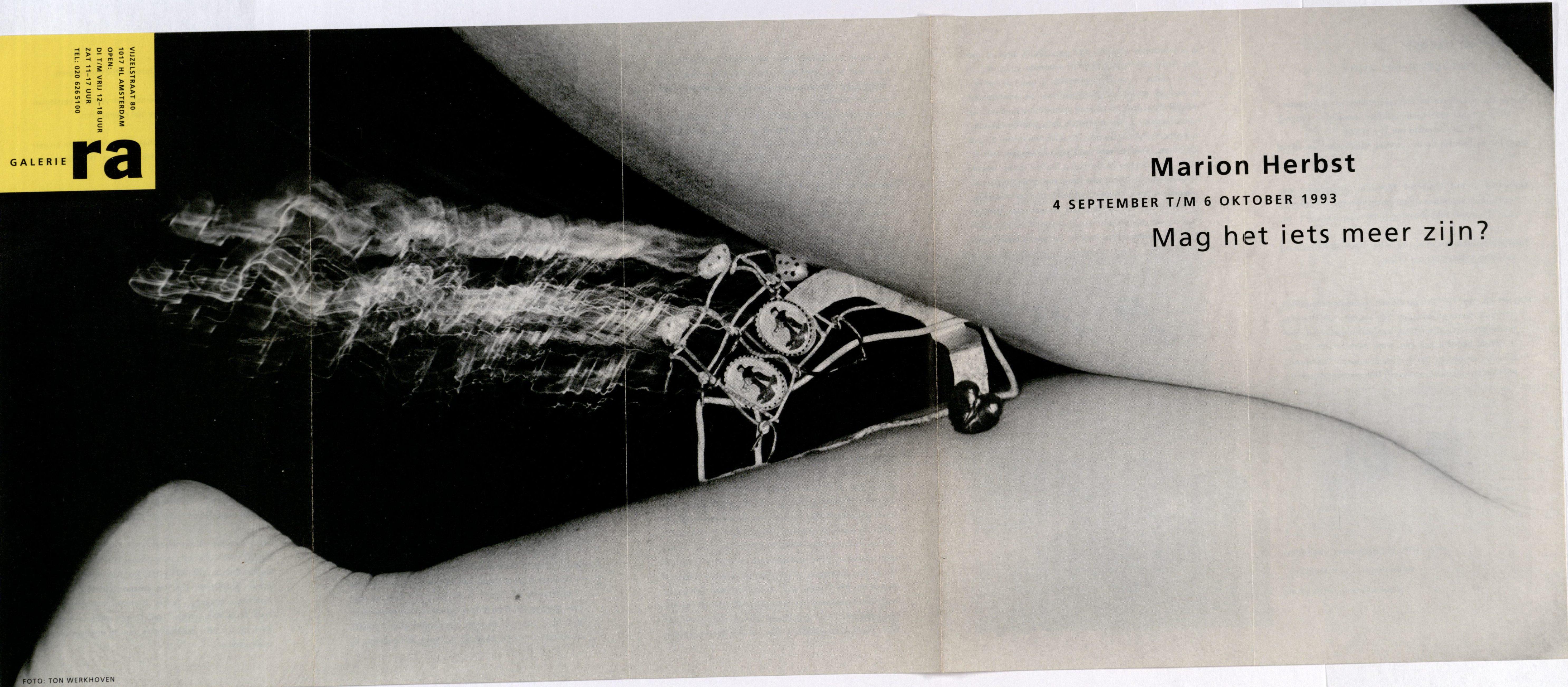 Ra Bulletin 76, september 1993, voorzijde met foto van Ton Werkhoven met object van Marion Herbst, drukwerk, papier, metaal