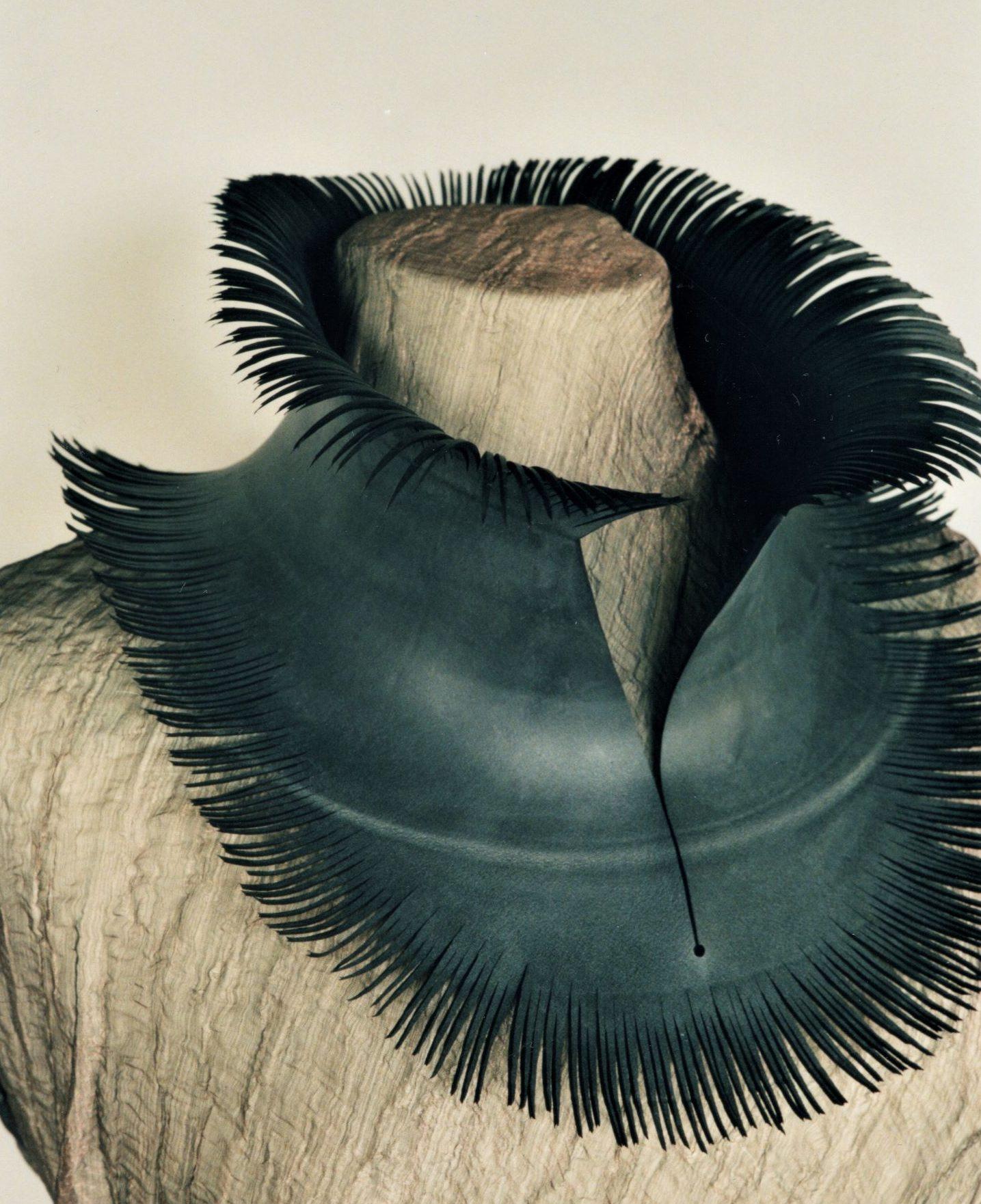 Thea Tolsma, Dona Laura, halssieraad, 2001, rubber