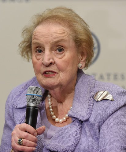 Madeleine Albright draagt broche, 23 april 2019. Foto U.S. Institute of Peace, portret