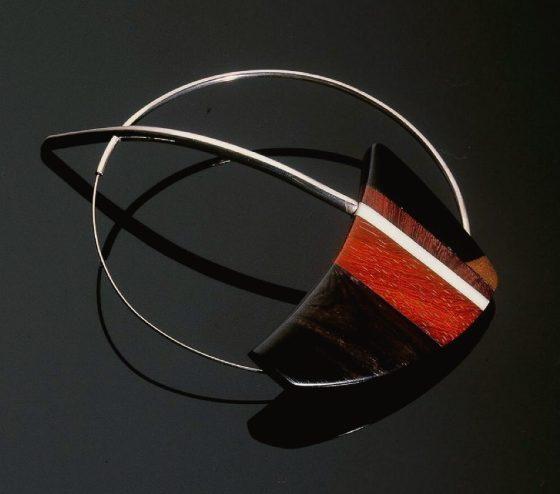 Ana Campos, broche, 1989. Foto Carlos Cobra, hout, ivoor, zilver, staal