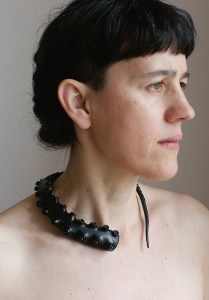 Carla Castiajo, Octopearl, halssieraad, 2000. Foto Pedro Sequeira, parels, rubber