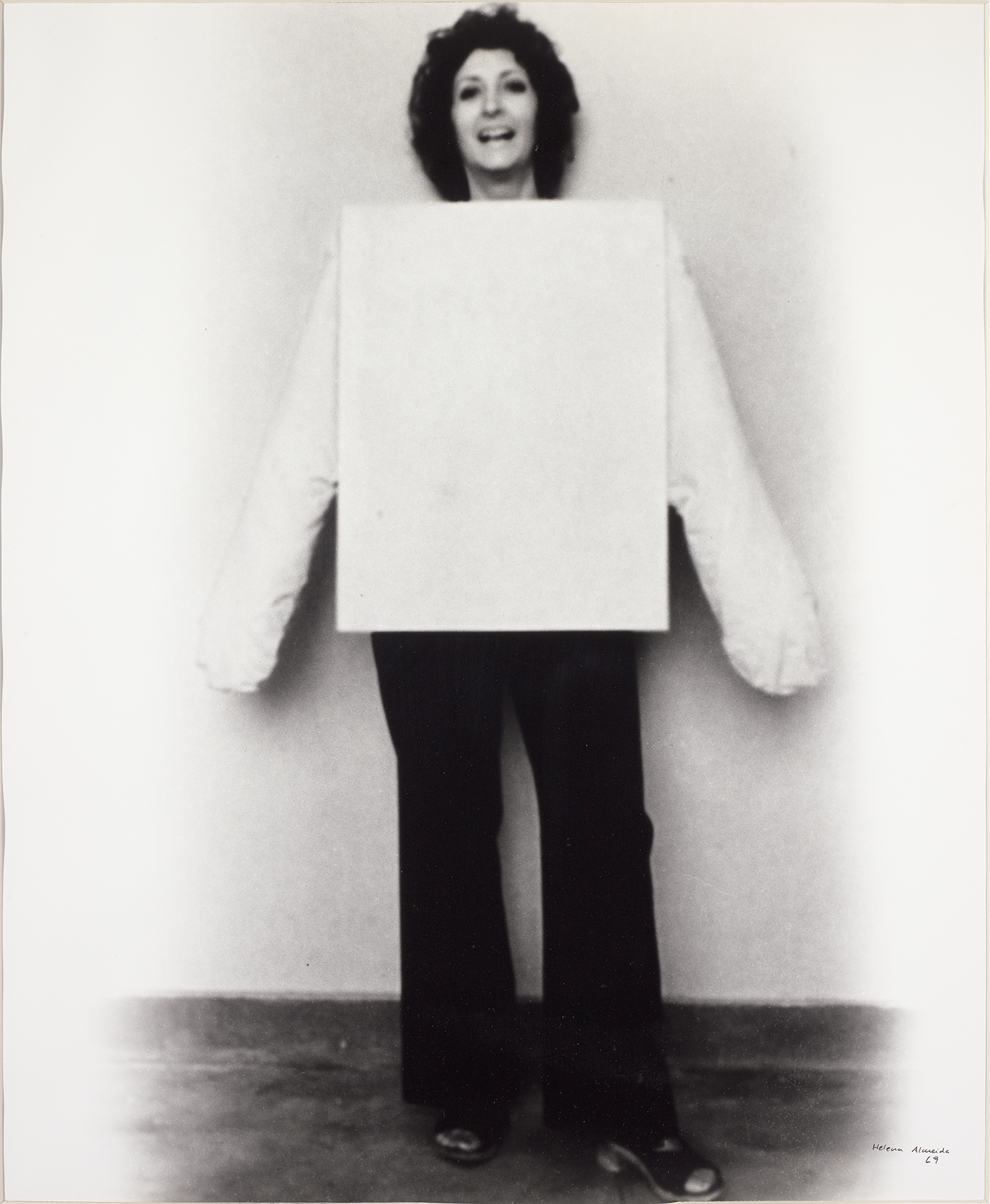 Helena Almeida, Tela rosa para vestir, 1969. Foto Filipe Braga