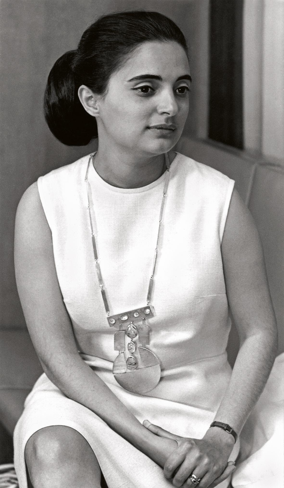 Kukas, halssieraad, 1968. Foto Carlos Barral, zilver, maanstenen, rutielkwarts