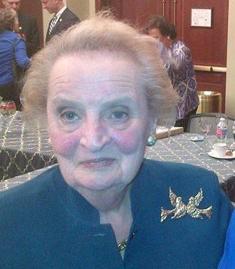 Mdeleine Albright draagt broche, 22 juli 2014, portret
