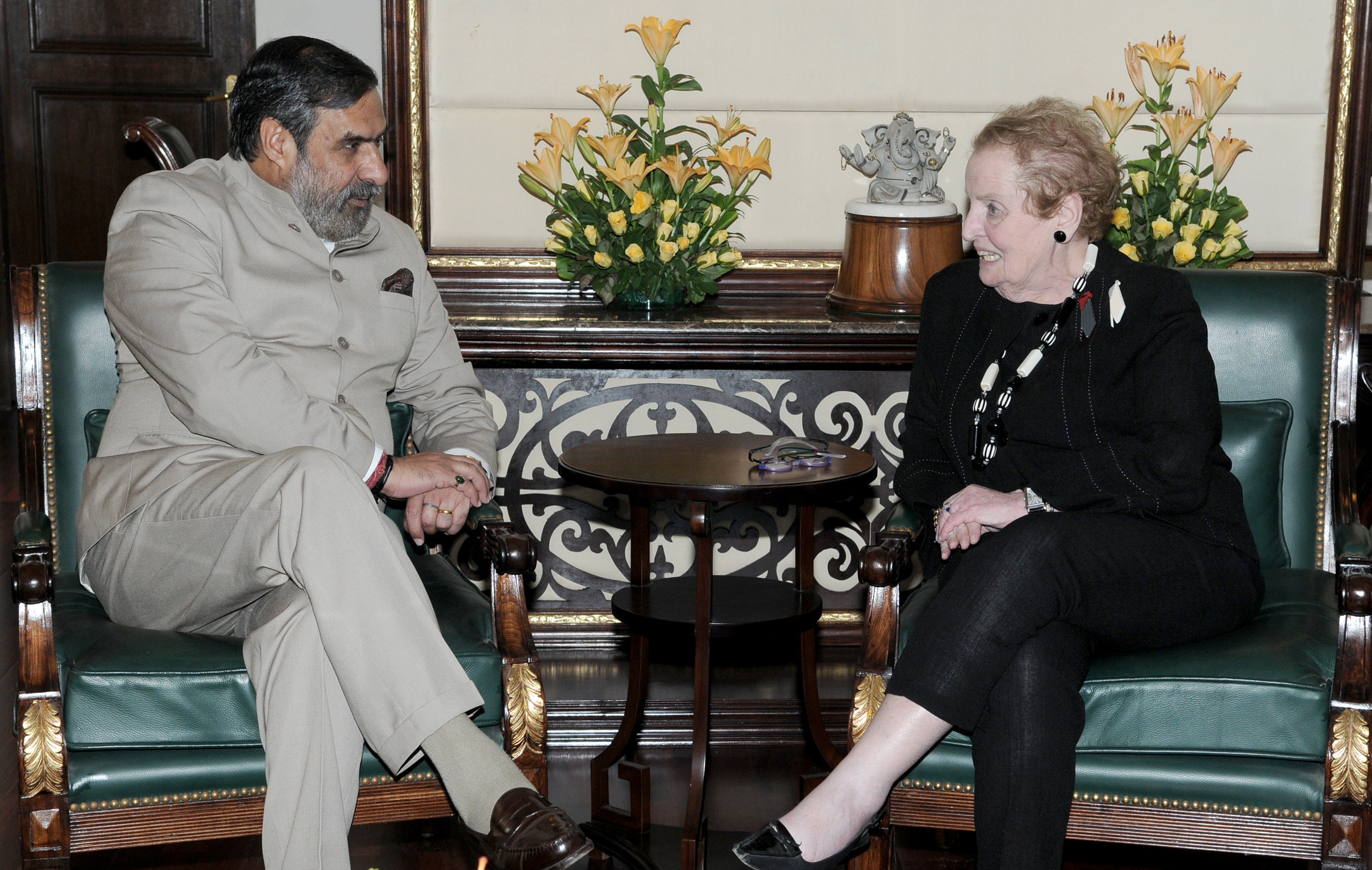 Madeleine Albright draagt twee broches en een halssieraad en Shri Anand Sharma, New Delhi, 27 juni 2012, portret
