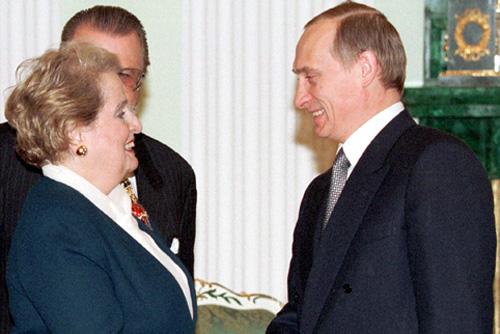 Madeleine Albright draagt broche met luchtballon van Swarovski, en Vladimir Poetin, Moskou, 2 februari 2000, portret, metaal, goud, Swarovski, email