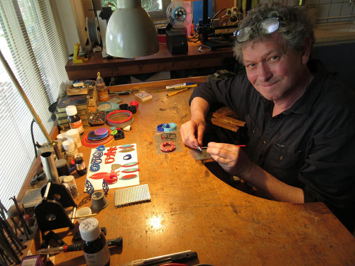 Ben Wisman aan zijn werkbank, portret