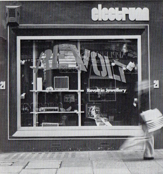 Revolt in Jewellery, Electrum Gallery, 1974. Foto Ray Carpenter, galerie, tentoonstelling, exterieur, etalage