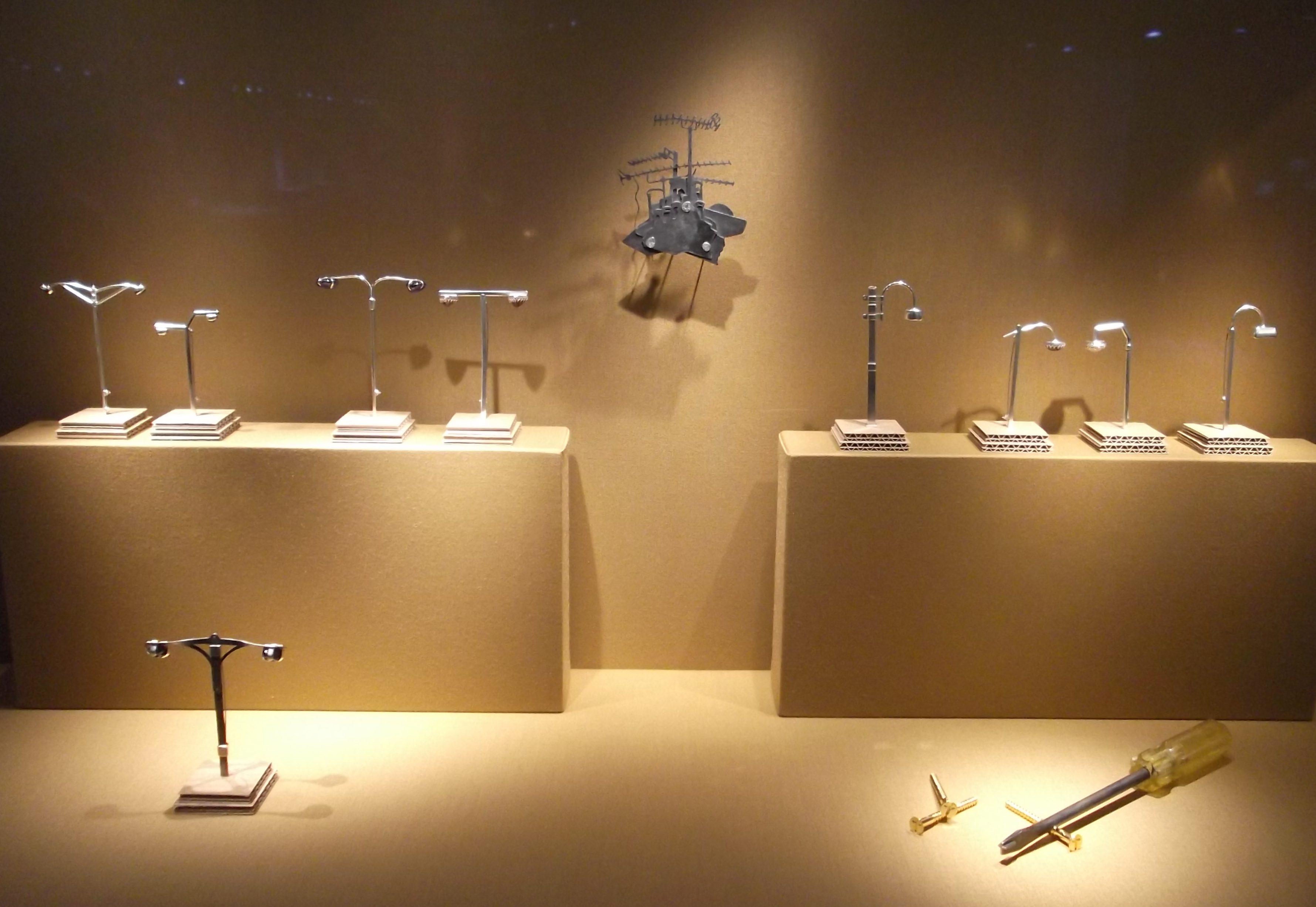 Rory Hooper. Transit, Schmuckmuseum Pforzheim, 2012. Foto Jürgen Eickhoff, goud, staal, kunststof, ijzer, zilver