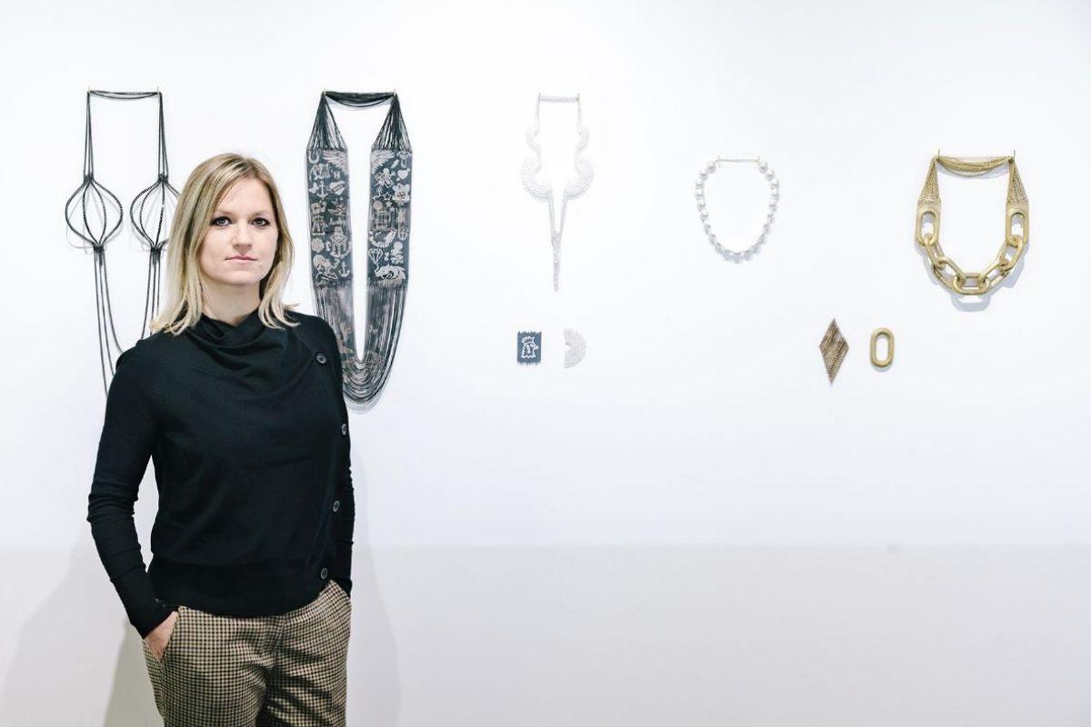 Veronika Fabian, portret, halssieraden