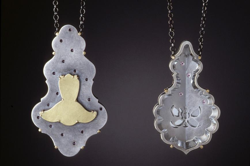 Sondra Sherman, Gertrude and Alice, halssieraden, 1999, zilver, goud, toermalijn, spiegel, kristal