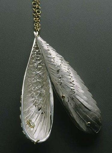 Sondra Sherman, Double Wing Locket Drop, halssieraad, 2005