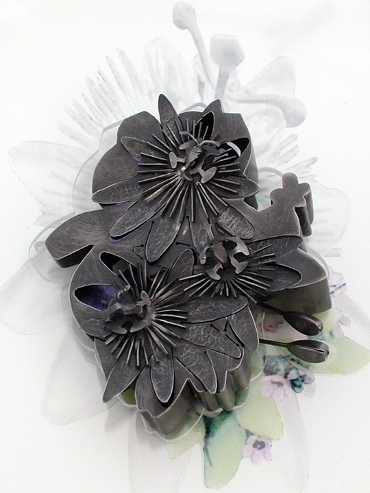 Sondra Sherman, Passiflora, broche, 2007. Collectie Helen Drutt, staal, nagellak