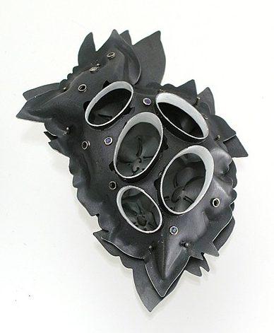 Sondra Sherman, Enchanted, broche, 2009, staal, nagellak, zilver, tanzaniet