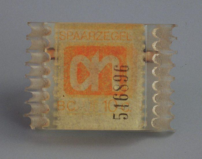 Harriët Mastboom, Afscheurbroche, broche, 1973, kunststof, papier