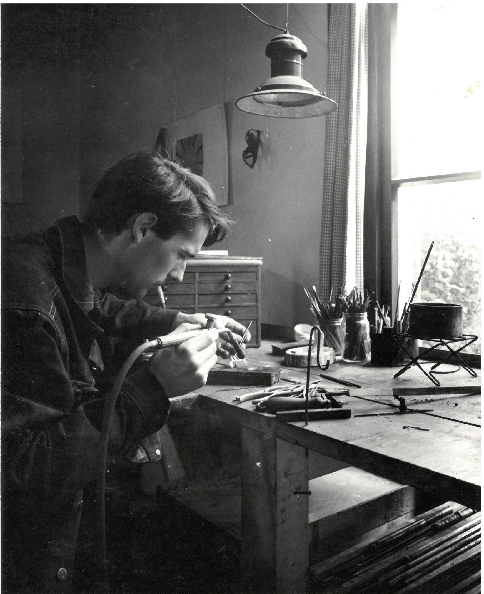 Bernard Laméris in zijn atelier. Foto J.M. Bronkhorst, portret, werkbank