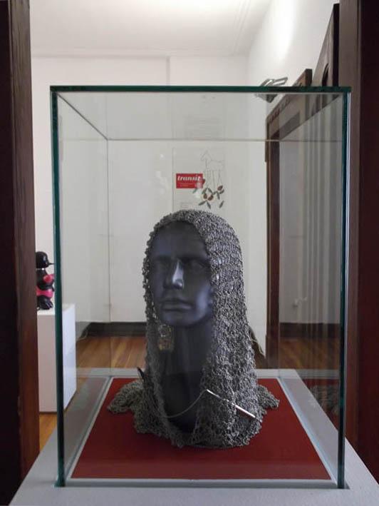 Galya Rosenfeld, Headscarf, hoofdsieraad, 2003. Transit, Villa Bengel, 2012. Foto Jürgen Eickhoff, tentoonstelling, vitrine, staal