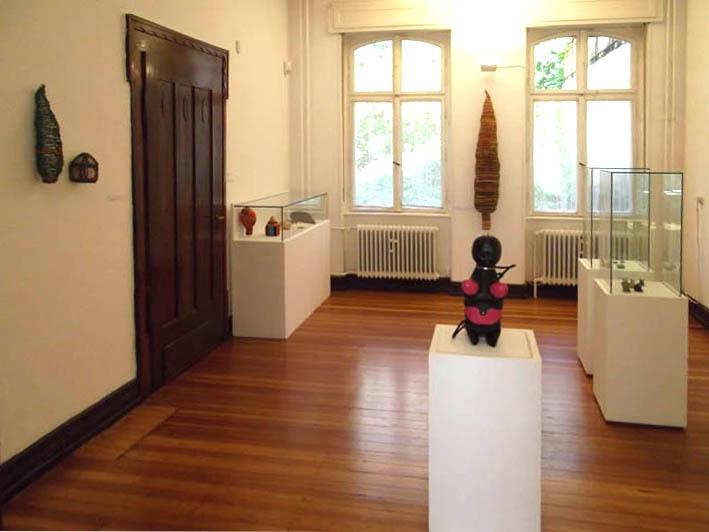 Transit, Villa Bengel, 2012. Foto Jürgen Eickhoff, tentoonstelling, vitrines