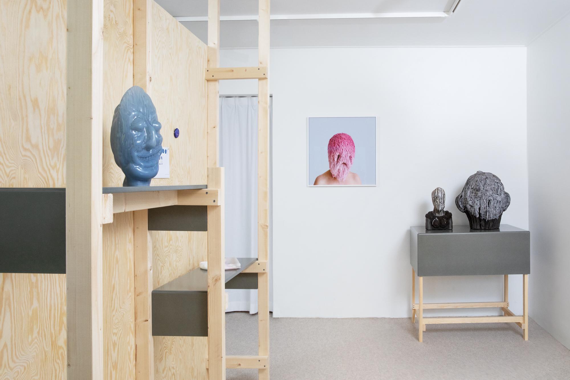 (smiling) faces, Olof Marsja, Greyworm, 2019; threadstories, Falsehoods, 2019; Carl Richard Söderström, Veild Bust, 2015, Troubled face, 2020, foto. Foto Sanna Lindberg, glas, steengoed, glazuur, tentoonstelling