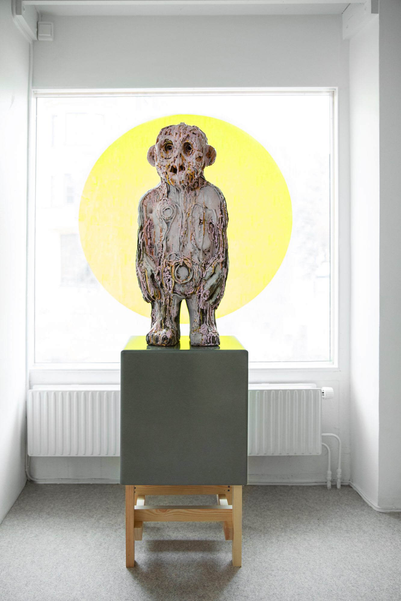 (smiling) faces, Carl Richard Söderström, Hollow Mind, sculptuur, 2020. Foto Sanna Lindberg, keramiek, glazuur, verf, tentoonstelling