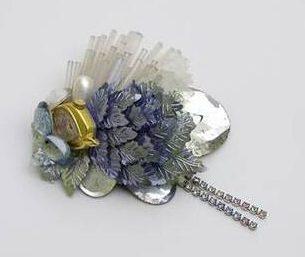 Rhonda Zwillinger, broche, 1987. Collectie Design Museum Den Bosch, S2007.024, kunststof, glas, metaal, horlogekast