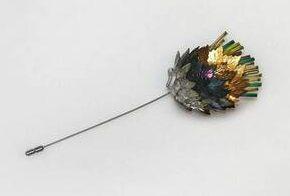Rhonda Zwillinger, broche, 1989. Collectie Design Museum Den Bosch, S2009.018, kunststof, glas, metaal