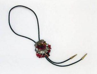 Rhonda Zwillinger, halssieraad, 1989. Collectie Design Museum Den Bosch, S2009.021, kunststof, glas, metaal, gevlochten leer