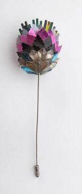 Rhonda Zwillinger, broche, 1989. Collectie Design Museum Den Bosch, S2018.072, schenking van Pieter Joris, kunststof, glas, metaal