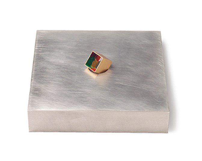 Pedro Calapez, Cube, broche met doos, aluminium